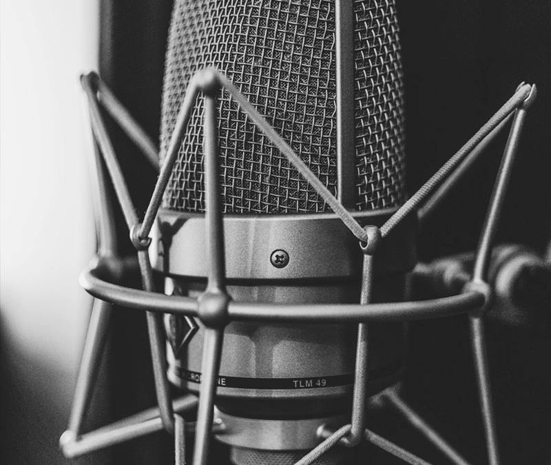 ¿Qué características debe tener un locutor profesional?